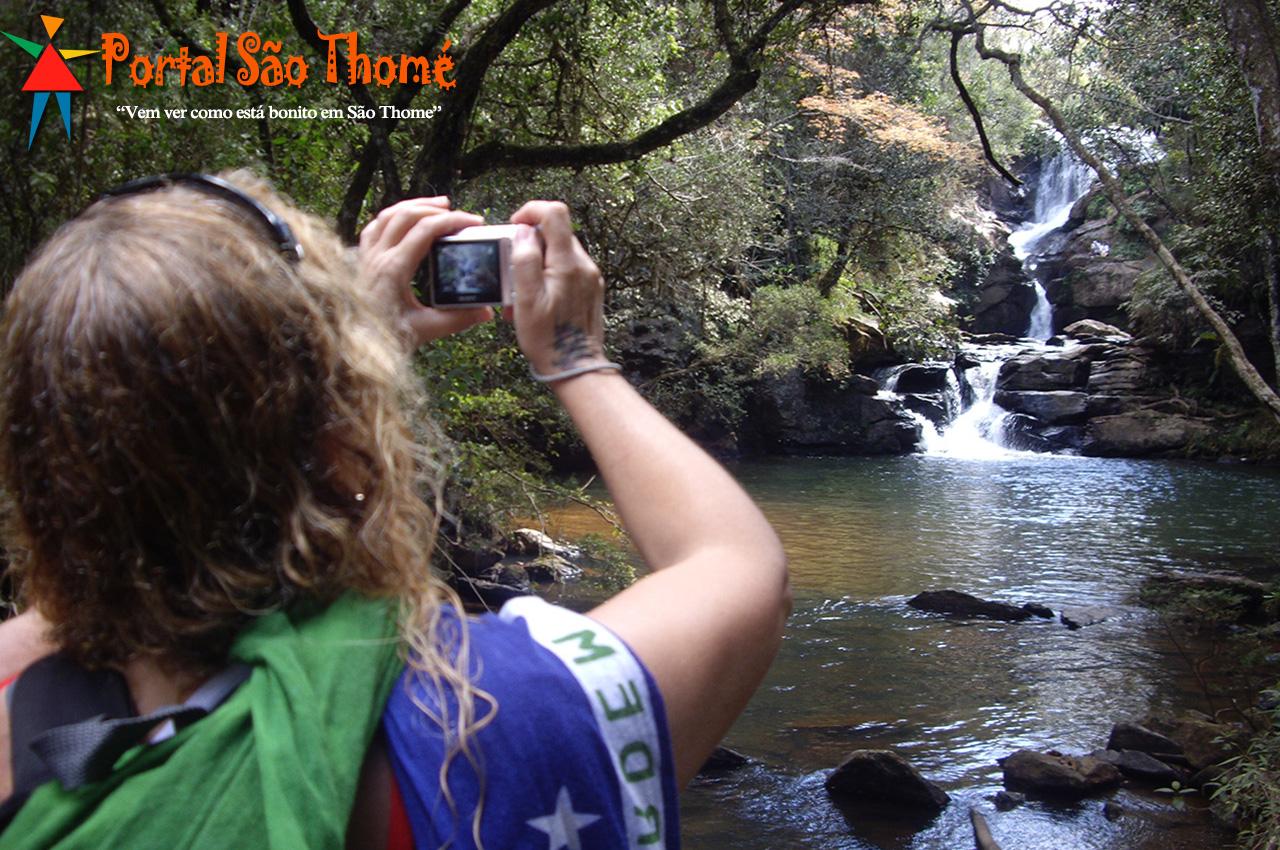 Turista Fotografando a Cachoeira Véu de Noiva em São Thomé