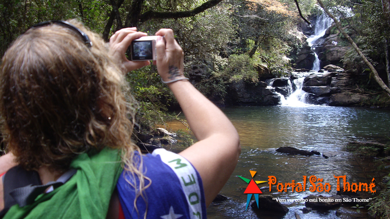 Turista Fotografando a Cachoeira Véu de Noiva São Thomé das Letras MG