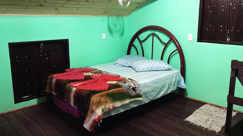 Quarto grande com 1 cama de casal e 1 de solteiro