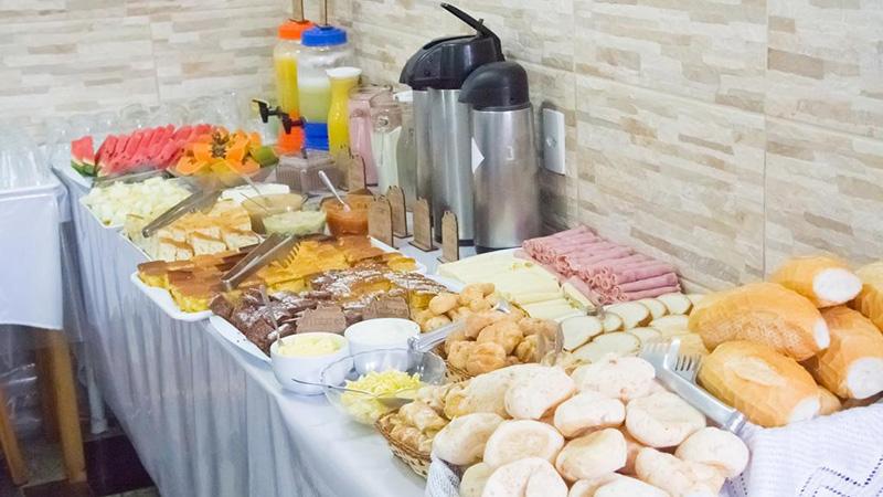 Café da manhã com sucos e frutas