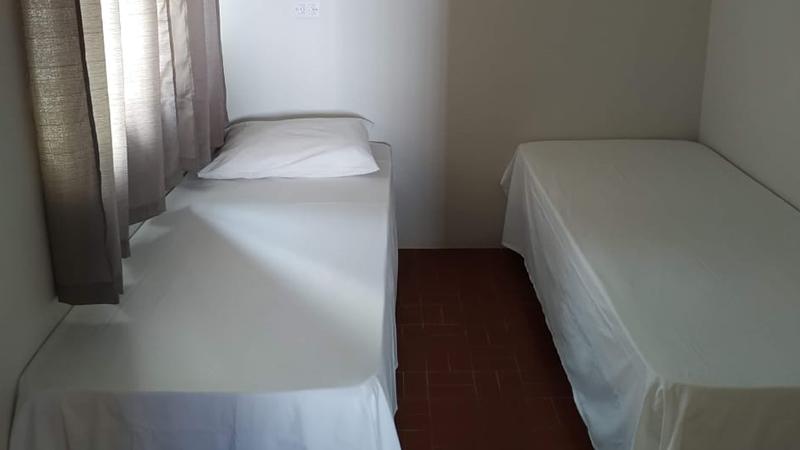 Quarto para solteiros ou unir as camas para um casal